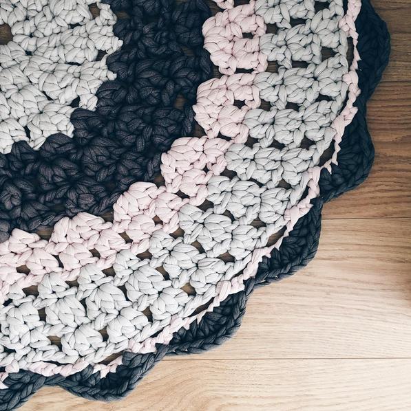 Detalle alfombra trapillo personalizada