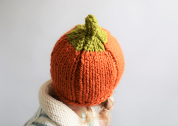 Patrón por Knifty Knitting para tejer gorro de lana para peques en forma de calabaza