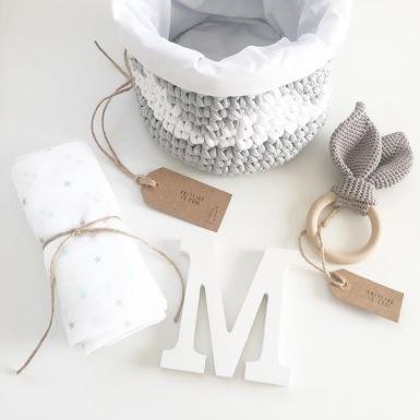 Cesta de bienvenida para bebés gris y blanco