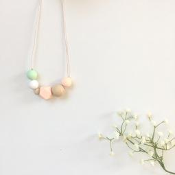 Collar de lactancia rosa palo con madera natural
