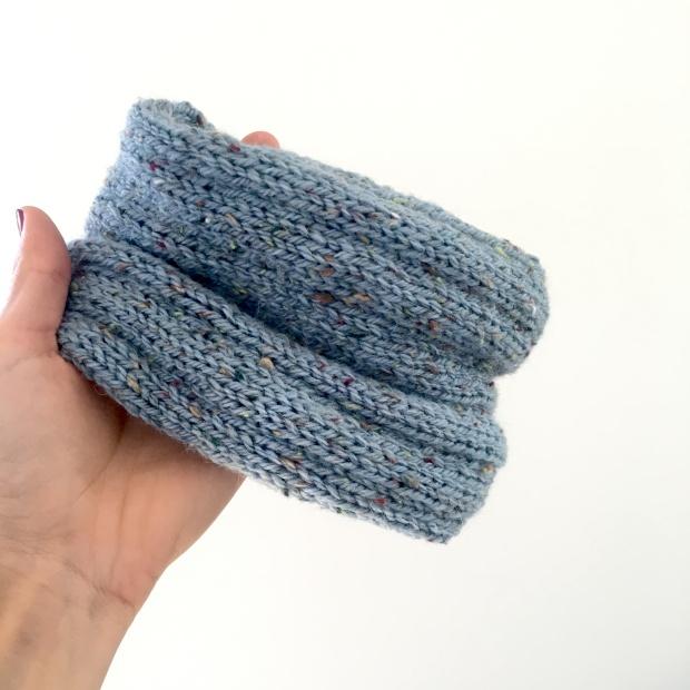 Cuello de lana para bebé hecho a mano. Sigue el patrón gratuito.
